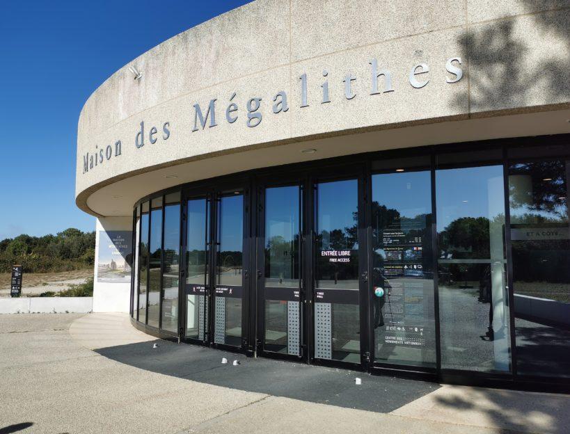 Porte d'entrée pour la Maison des Mégalithes de Carnac - Renouard