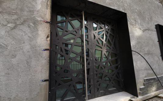 Porte aluminium avec ouvrant dans l'ouvrant pour le nettoyage des vitrages